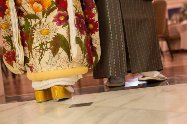 新潟市結婚式場 ブレストン 和装 番傘 前撮り 赤い糸 足元ショット